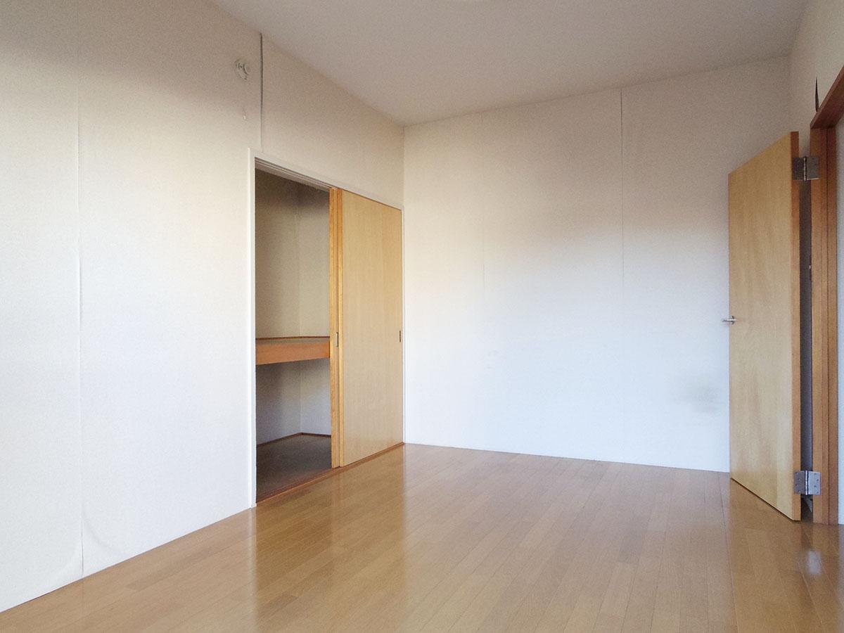 寝室 ※剥がれている壁紙は張り替え予定