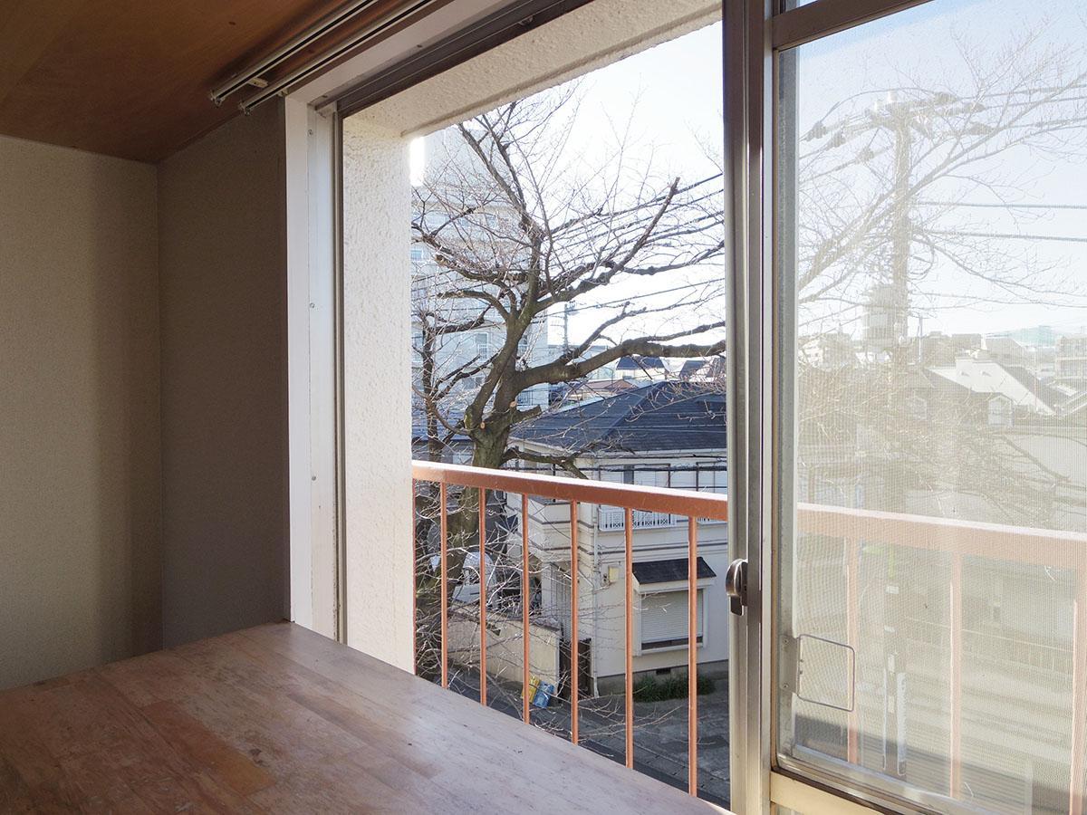 リビングの窓からはちらりと桜の木が見えます
