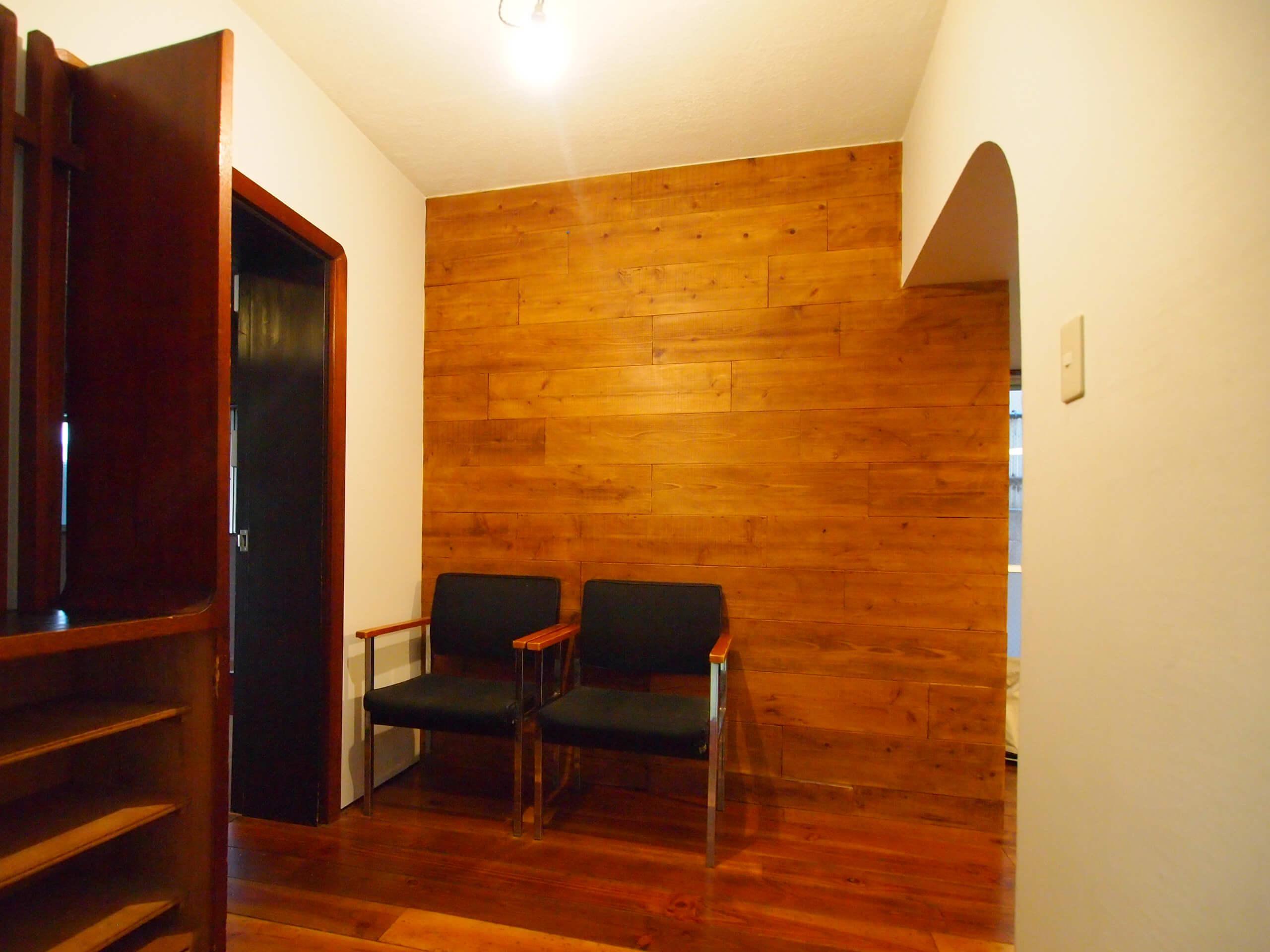 【玄関】ドアを開けると板張りの壁が待っている