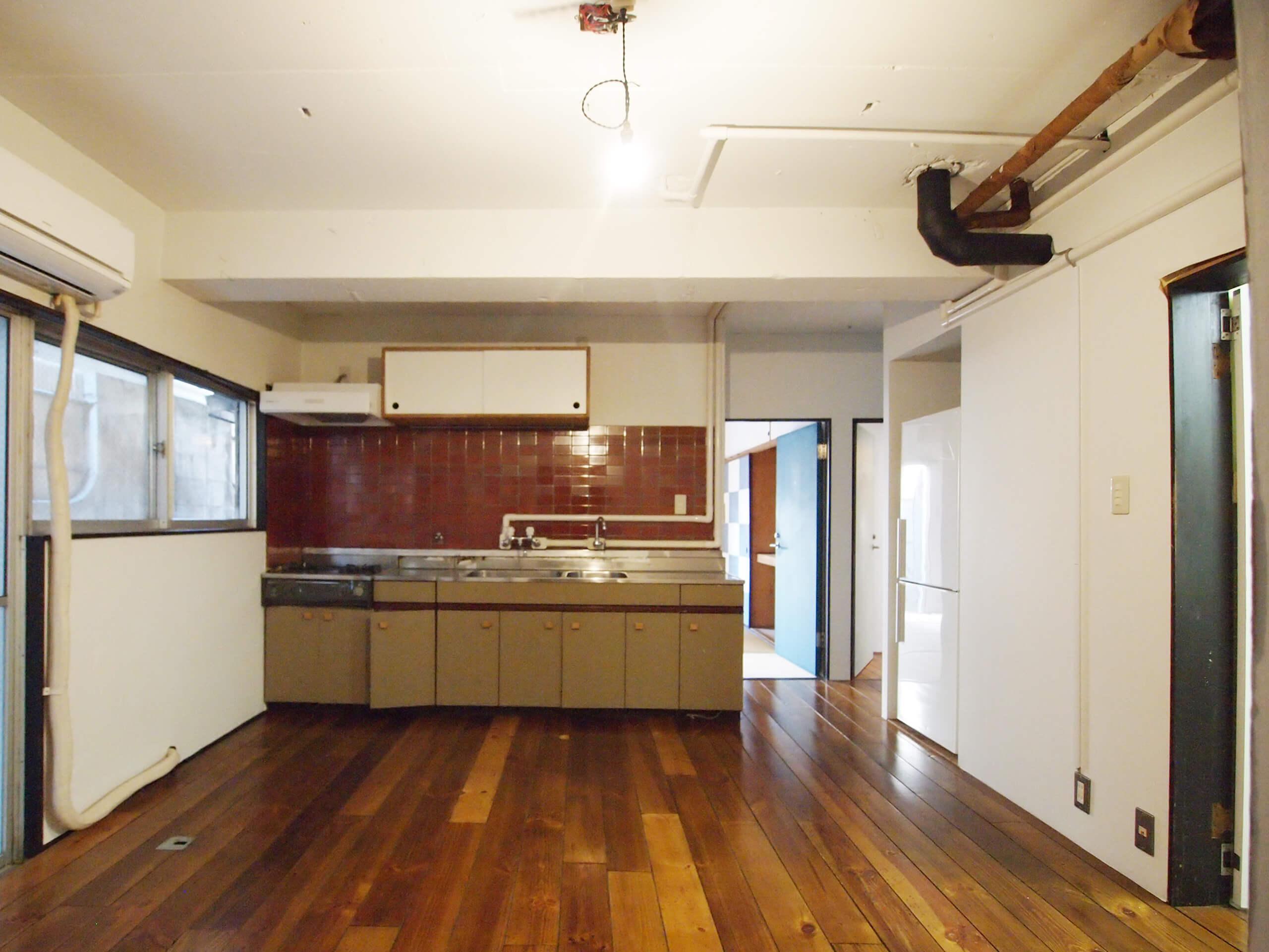 【ダイニング】キッチンもレトロな部屋になじむデザイン
