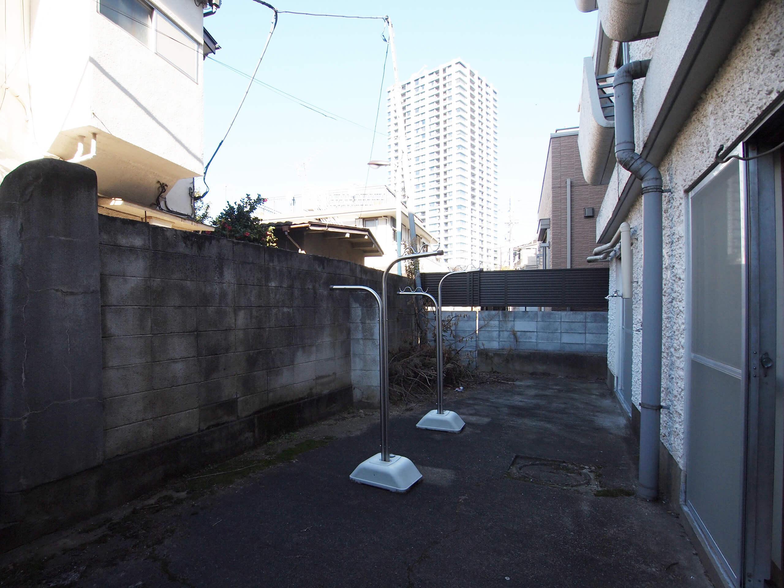 【庭】コンクリートで舗装されているのでメンテナンスが楽でいい。ウッドデッキを敷いたらぐっと心地よいスペースになりそう