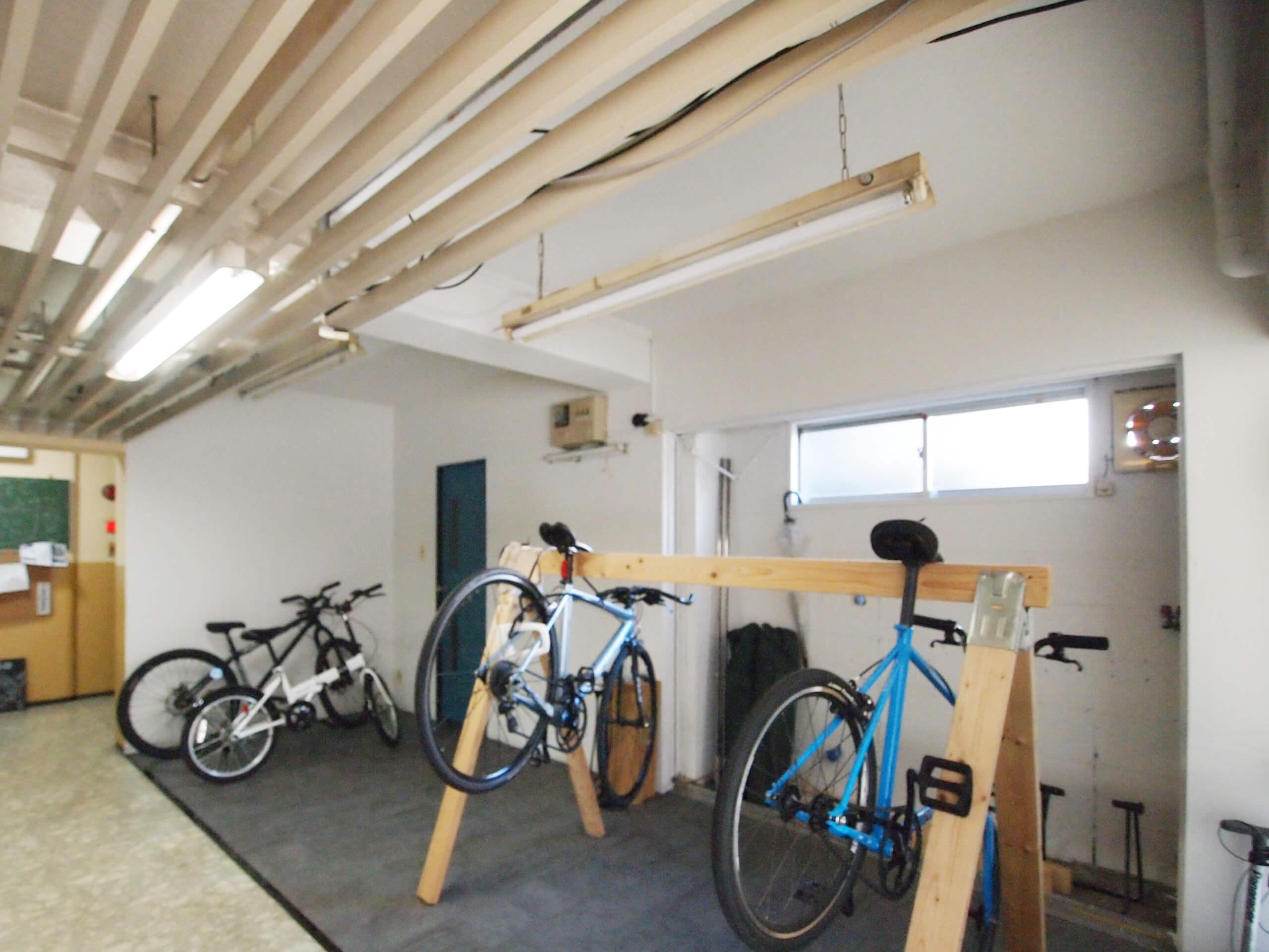 【共用部】屋内に駐輪場があるのはうれしい。ここで自転車のメンテナンスもできる