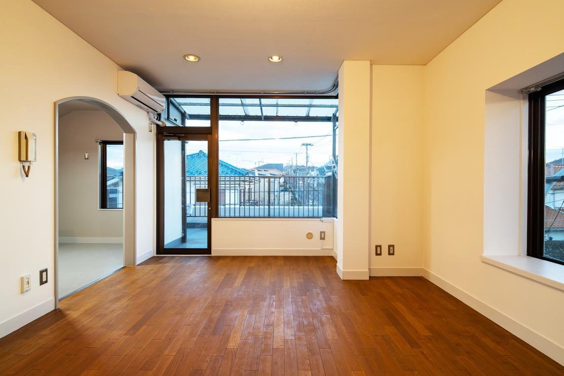 リビングはバルコニー側の大きな開口部と無垢床の雰囲気が印象的
