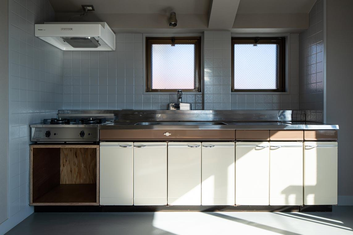レトロなキッチンと改修されたコンロまわりが上手く組み合わされています