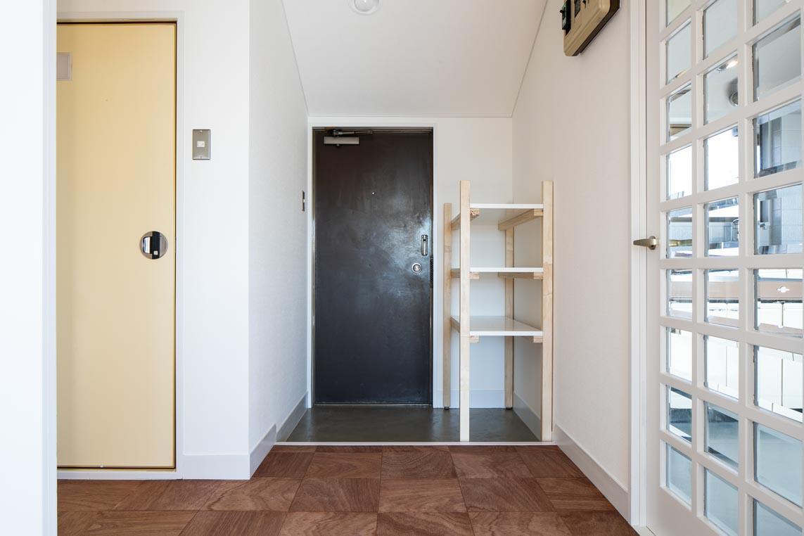 さらっとした玄関。オープンの棚が置かれています