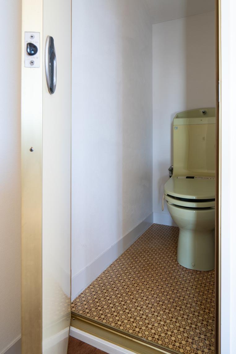 トイレはレトロな床が渋いです