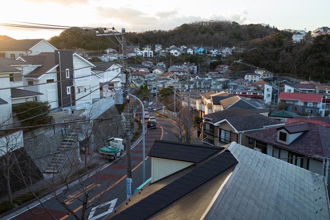 ROOM2のバルコニーから坂を見下ろす景色。京急線も見えます
