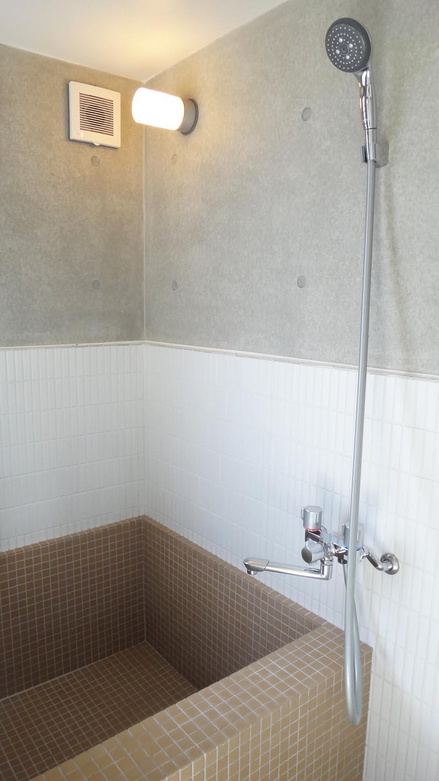 浴槽はコンパクトですが、窓もついていて清々しいバスルーム
