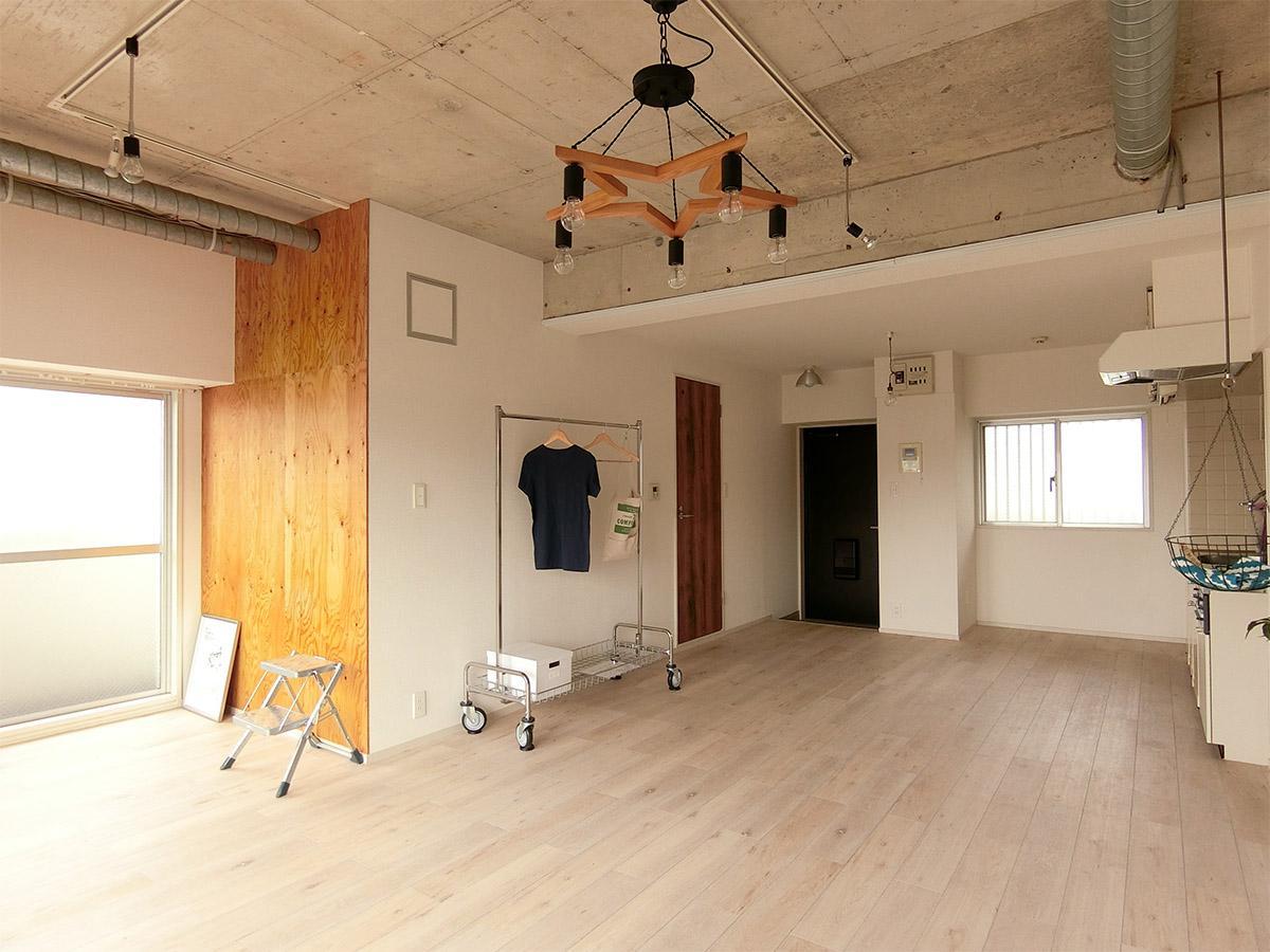 天井はコンクリートにライティングレール(床はフロアタイル)