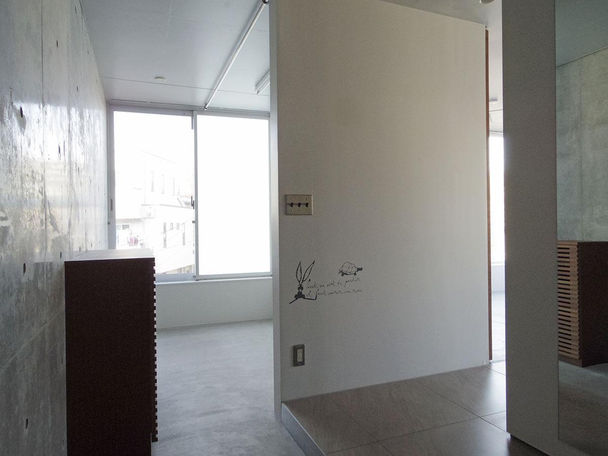 玄関。靴箱の奥の土間スペースはアウトドアグッズ等の収納に良さそう