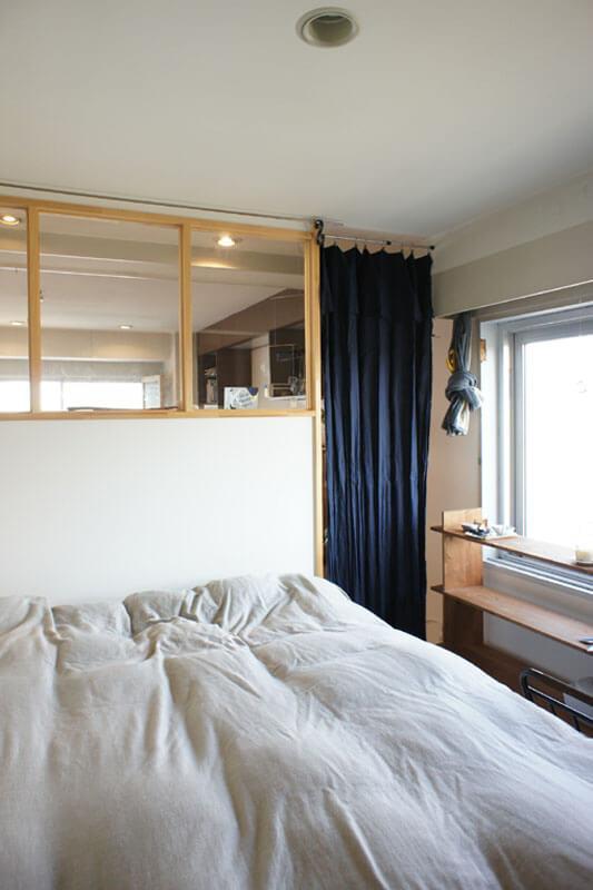 寝室とリビングは、ガラス窓とカーテンで緩やかにつながります