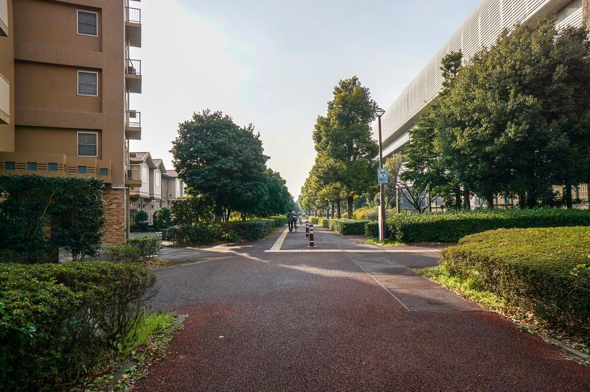 建物前の歩道