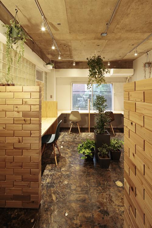 デスクの端の壁に細やかな木の造作が(写真:鳥村鋼一)