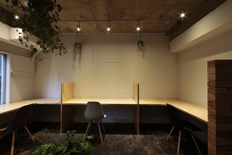 壁に向かってぐるりと机が造作されている(写真:鳥村鋼一)