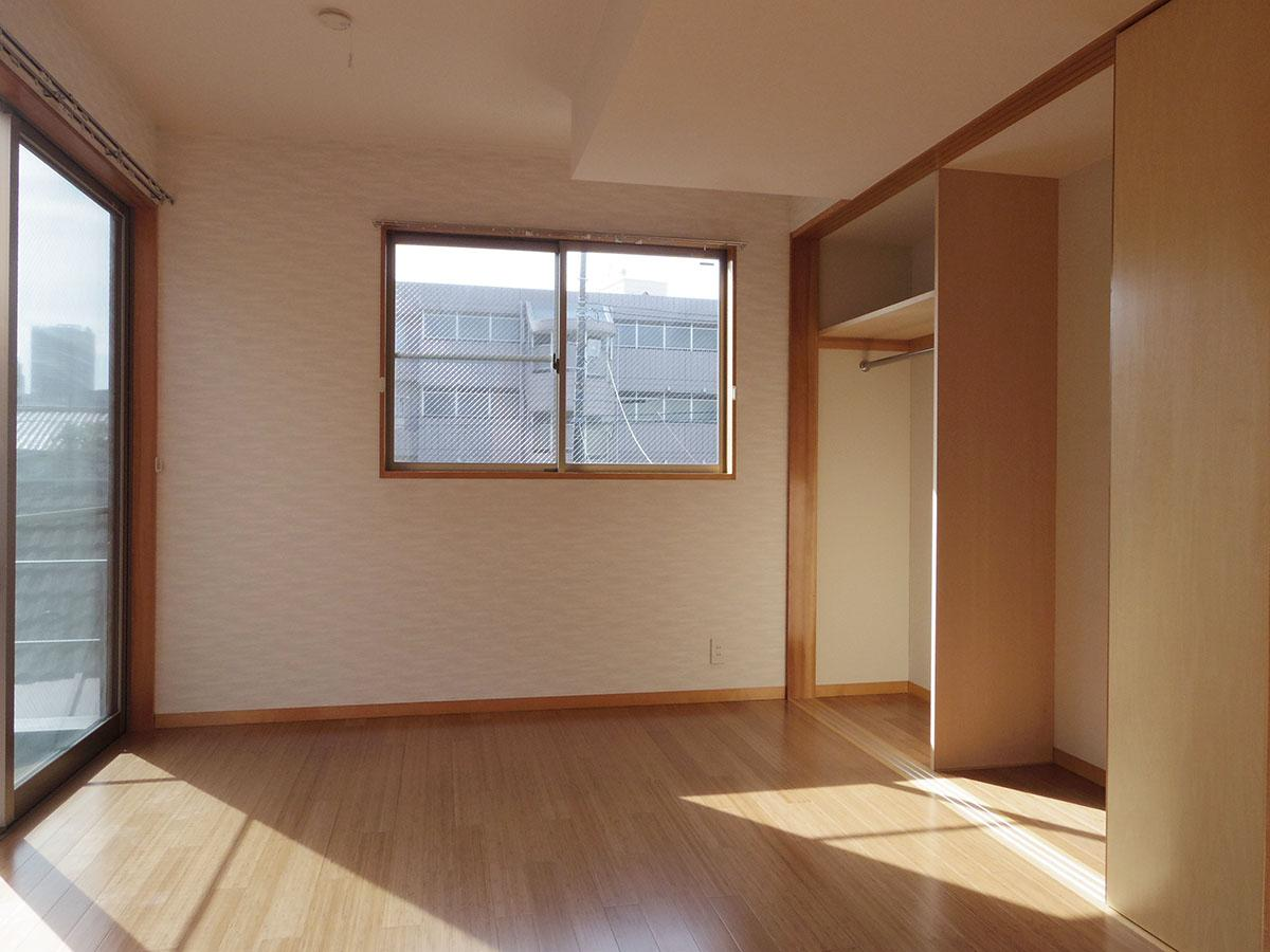2階、7.2畳の洋室。窓が多く明るい!