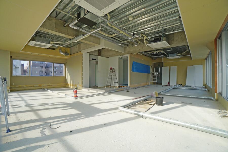 8階。合板の床は、床下で電気やネット回線を配線することが可能です