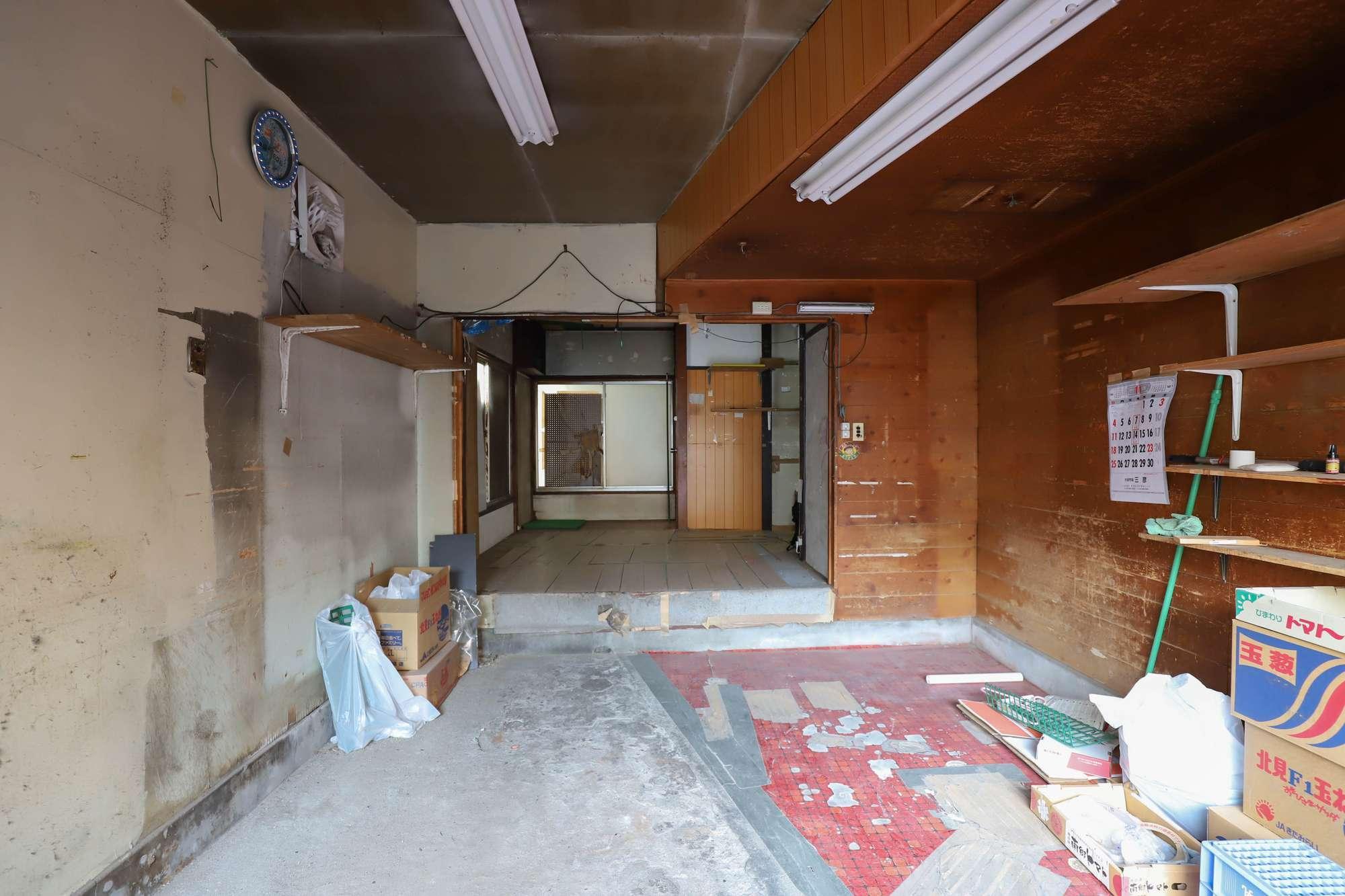 パンチの入り口から奥方向。右側の壁を取れば八百屋とつながる