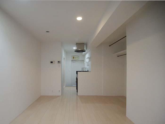 部屋はホワイトでまとめられています。床を変えたらだいぶ印象がかわる予感