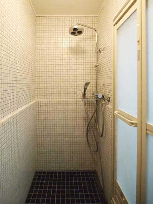 白と黒のタイル、大きなシャワーヘッドがかわいい