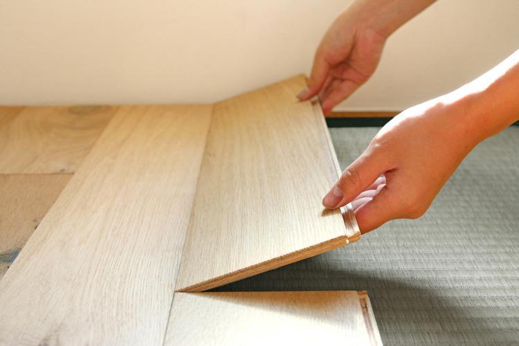 こんなようにカーペット感覚でフローリングを敷いていただけたら(※イージーロックフローリング参考写真)