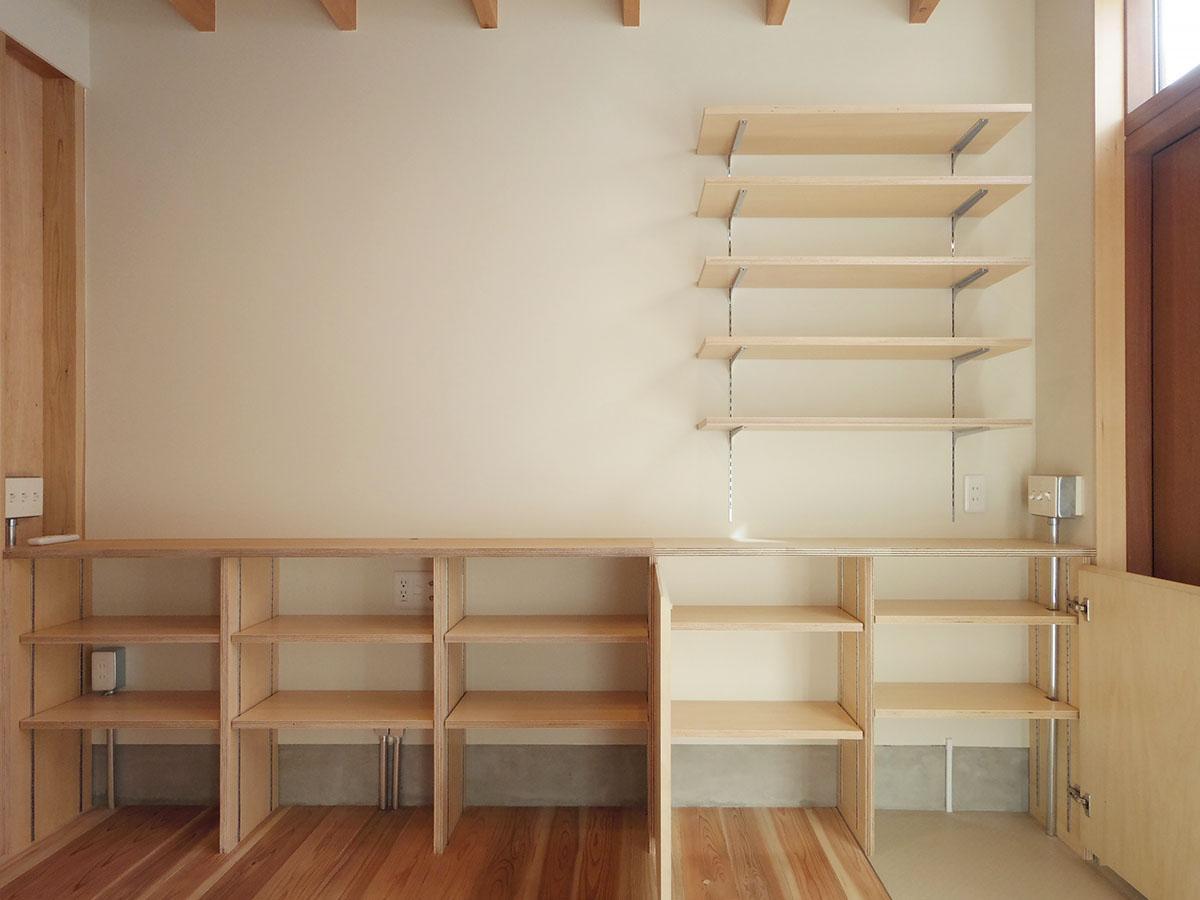 棚板の高さを調節可能な棚。ずらっと資料や本が並んでいたら画になりそう