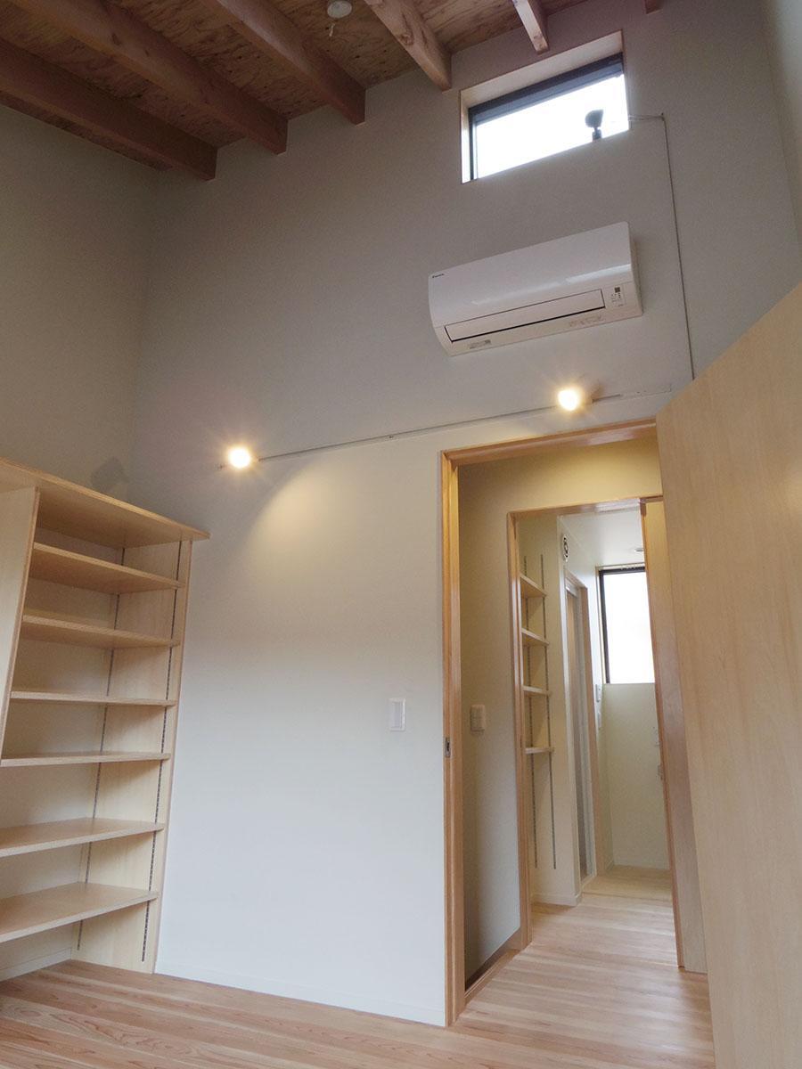 2階の寝室は天井高約4m。梁が見えるのもいい感じです
