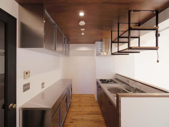 キッチンの天井にはラワン材が張られ、落ち着いた空間になっている