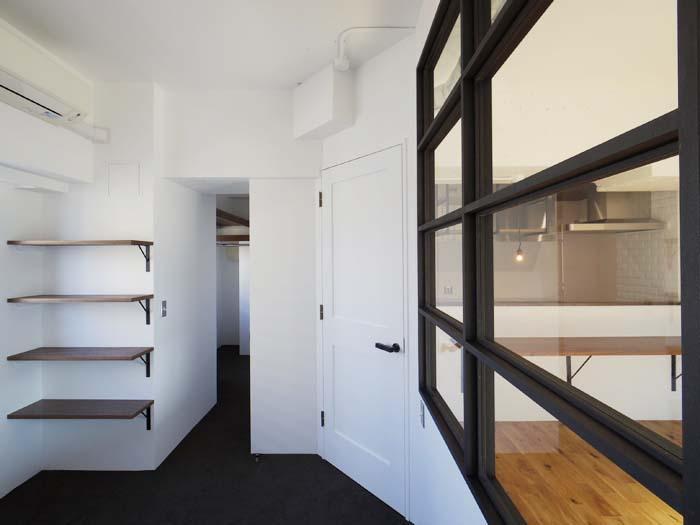 寝室の床はカーペットに。奥に大きなウォークインクローゼットがつづく