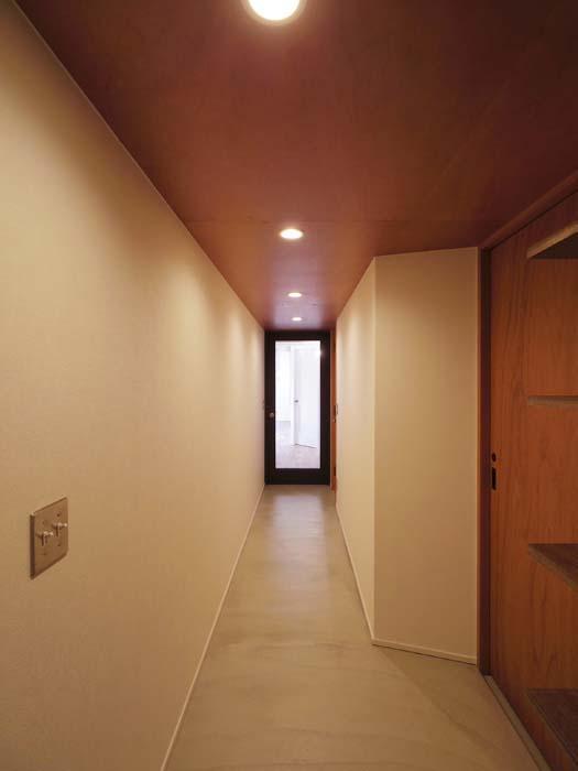 廊下。長く続くモルタルの床がすてき