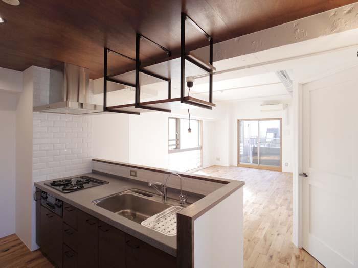 白く塗られた壁がキッチンまで続き、空間全体が明るくなっています