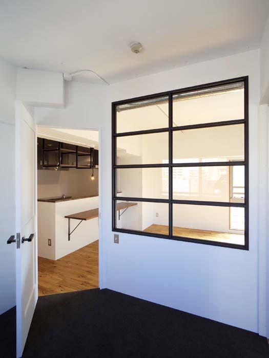 ガラスの内窓がかっこいい。コンパクトな空間を開放的にしてくれます