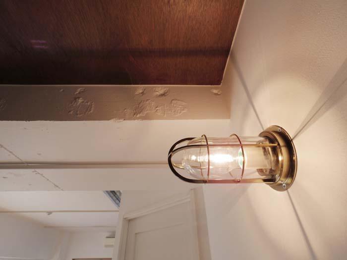 キッチン横のマリンランプが空間のいいアクセントに