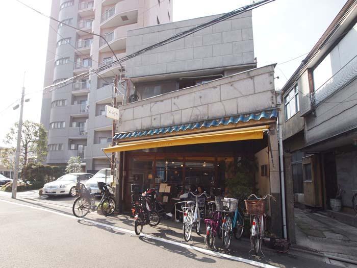 レトロな雰囲気がすてきなカフェ「iriya plus cafe」がすぐ近くに