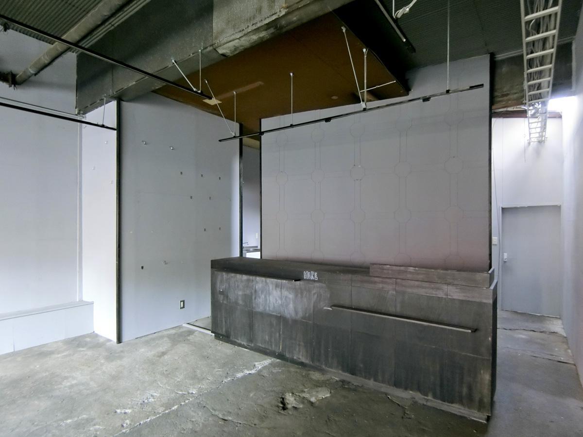 バックヤードの仕切り壁と、カウンターの造作が残っています