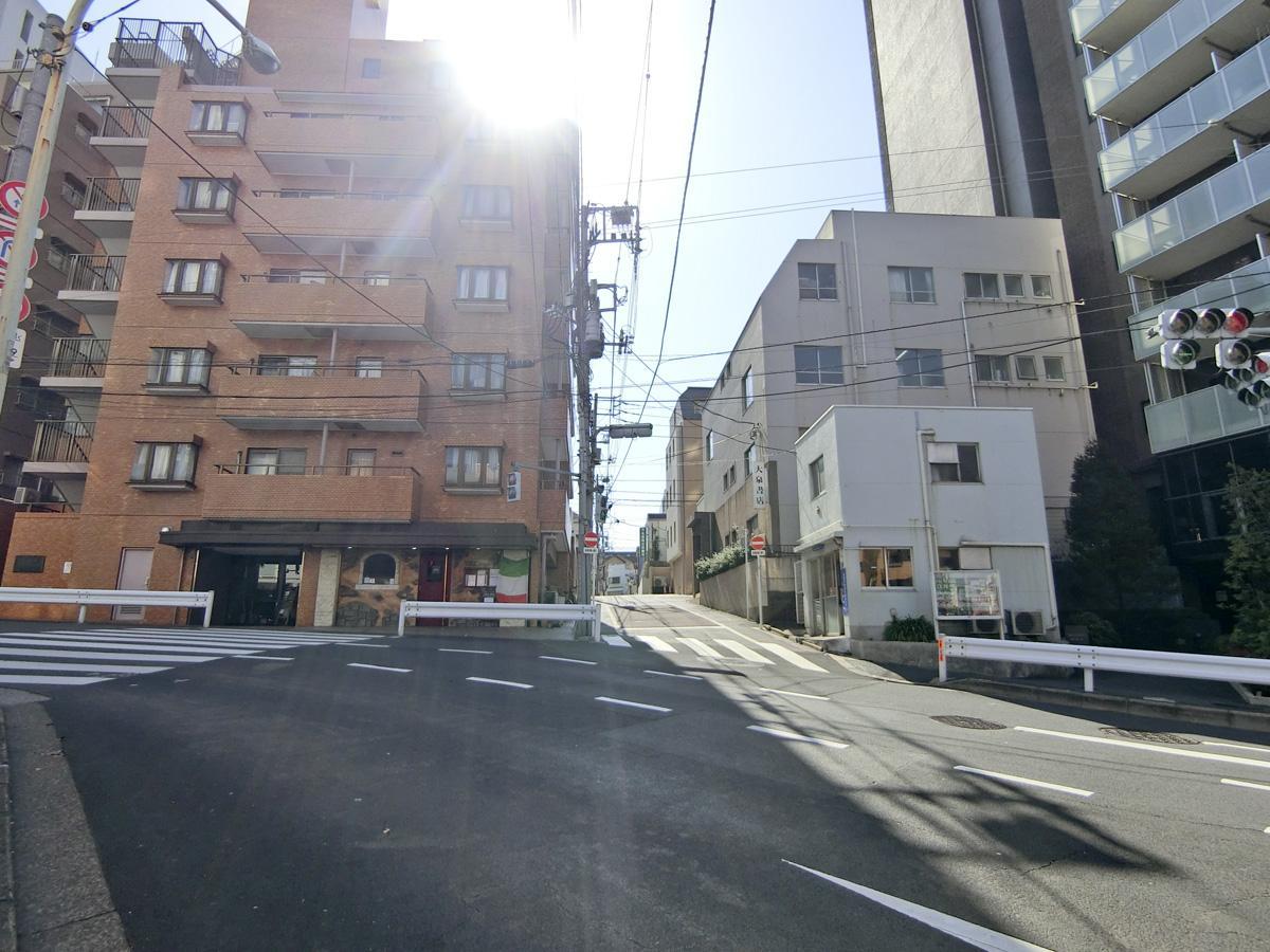 早稲田通りからこの通りを入っていきます