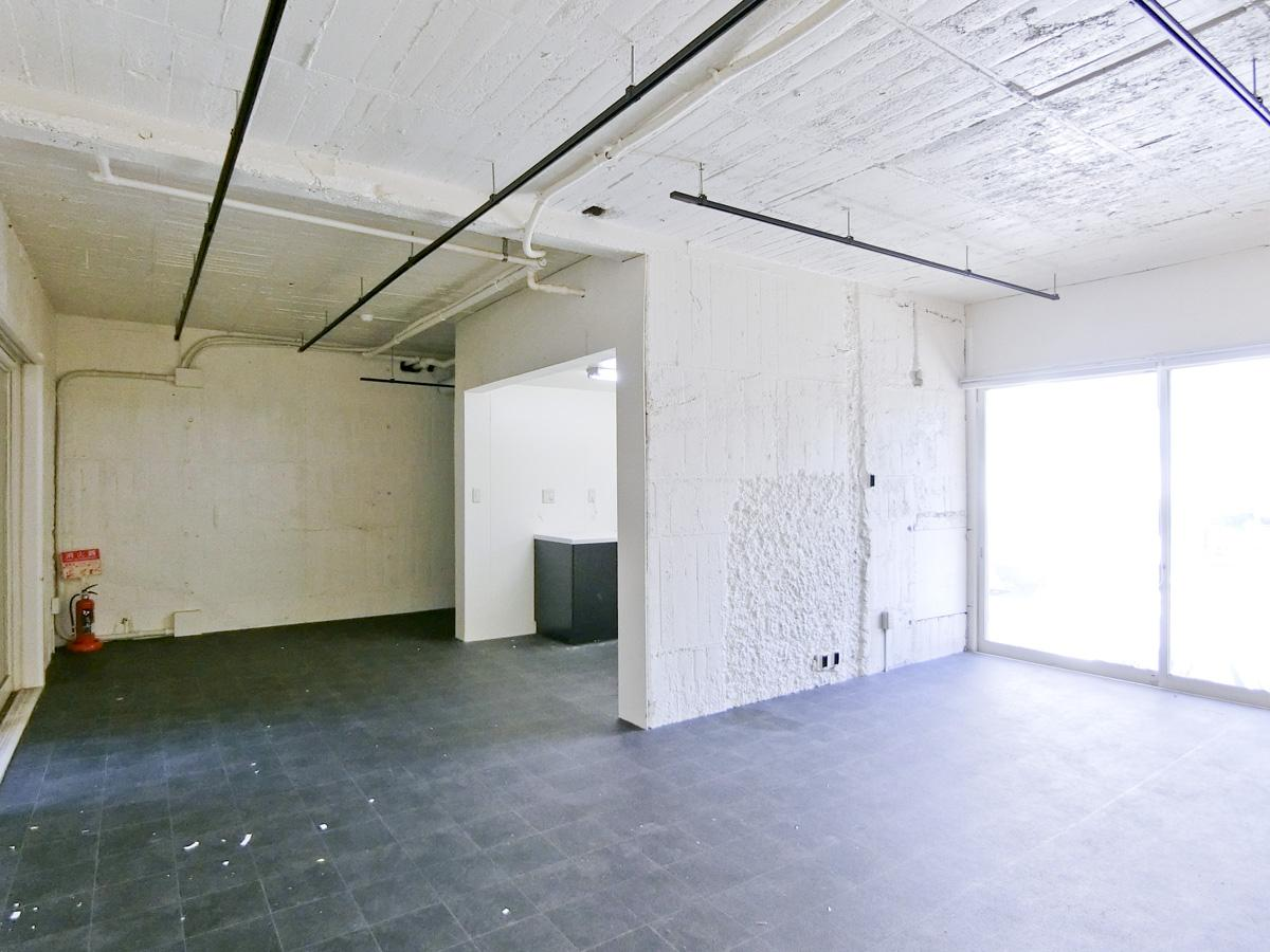 ①:ゴツゴツした無骨な天井や壁が印象的