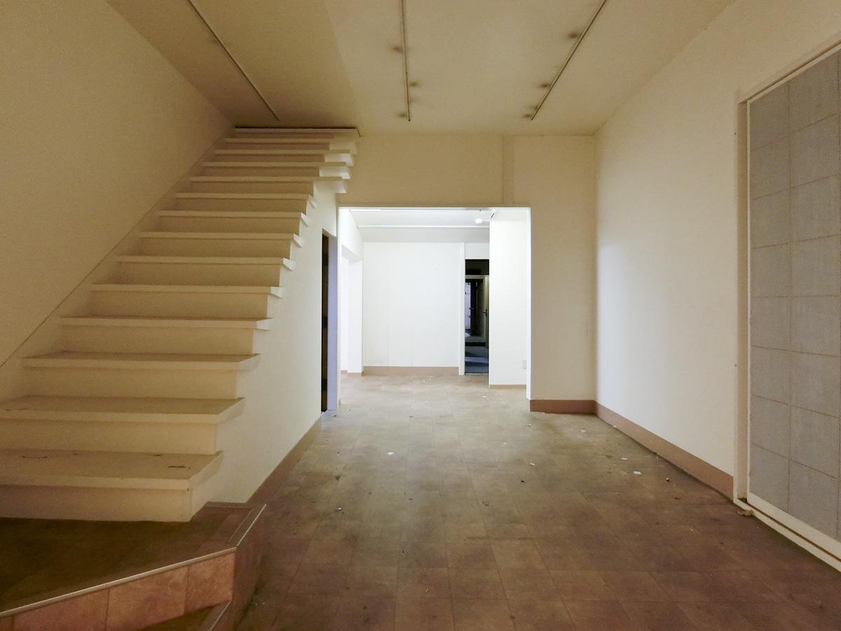 ②:ここの天井高は、3m超え。塞がれた階段があります