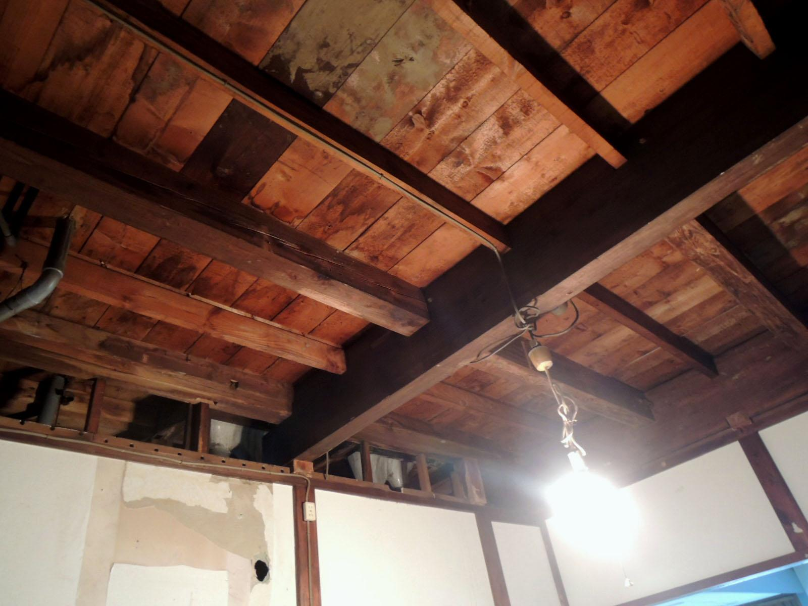 小上がりスペースの天井は木造剥き出しのままワイルドです。