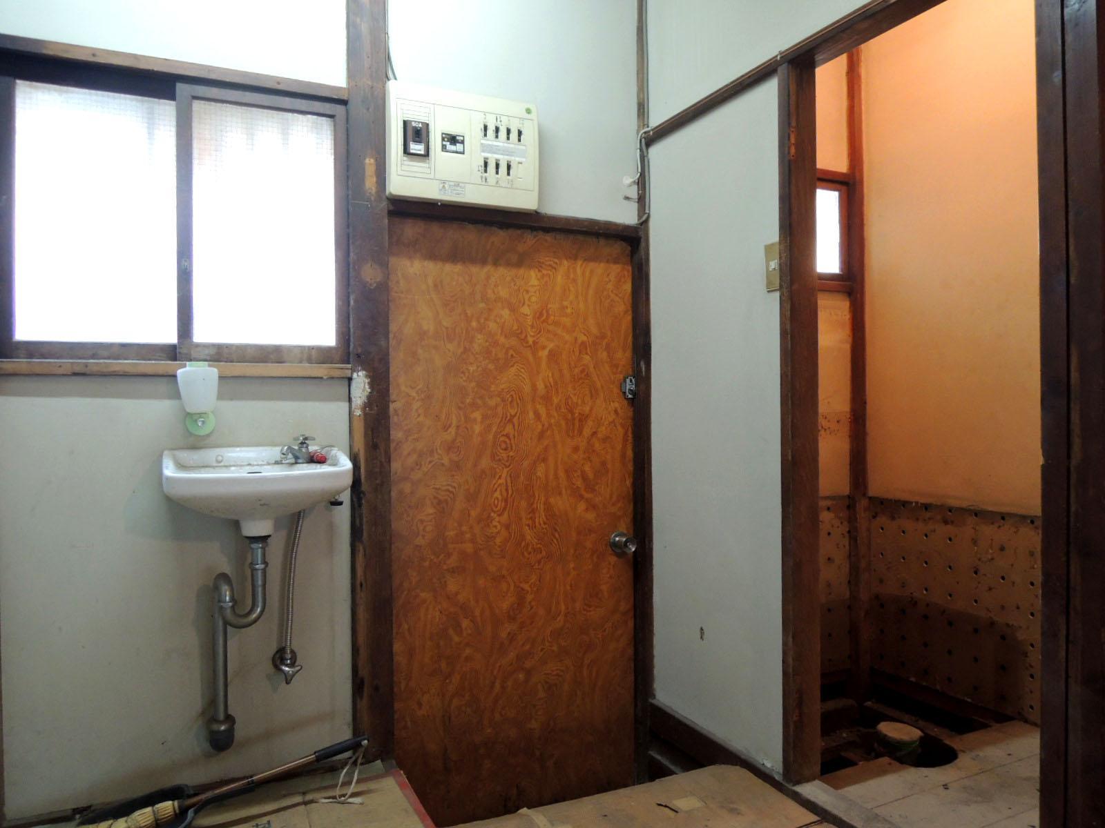 裏口。右側は2つめのトイレがあり今は撤去済み。