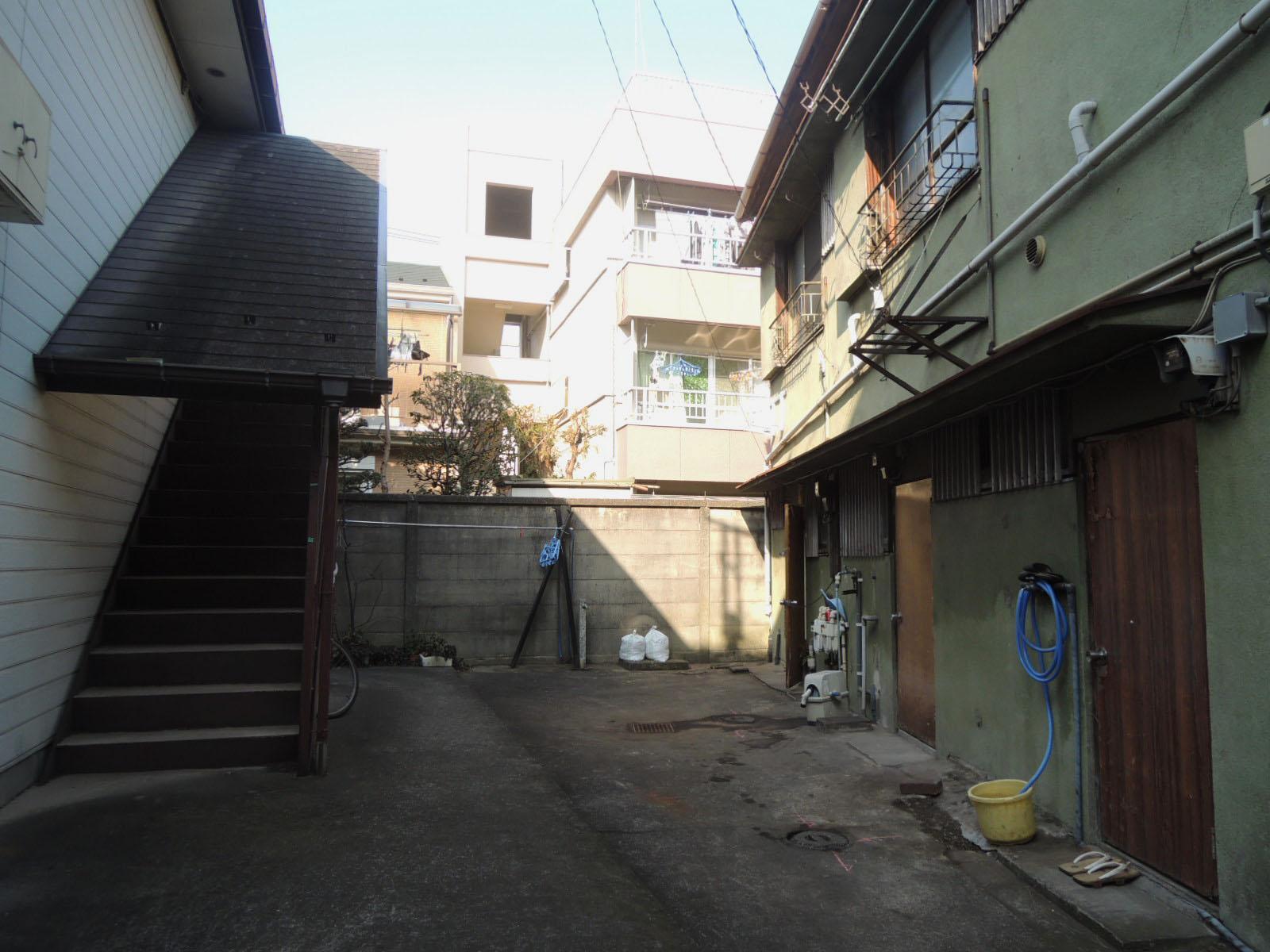 右奥が該当区画。裏口を出るとさらにアパートです。