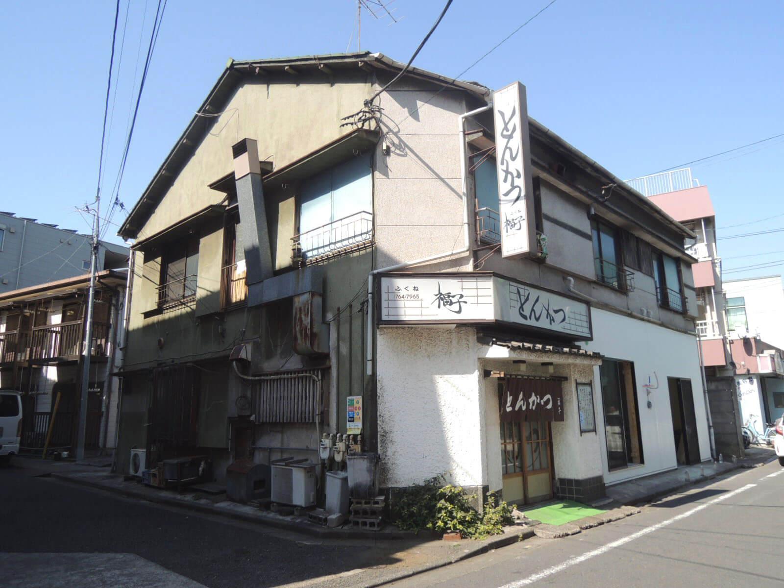 商店街をちょっとだけ外れた場所で出会えた、昭和風情のかわいらしさ。