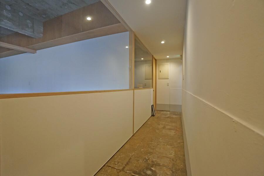 共用廊下。隣の区画(写真左側)は紳士服のオーダーの店です