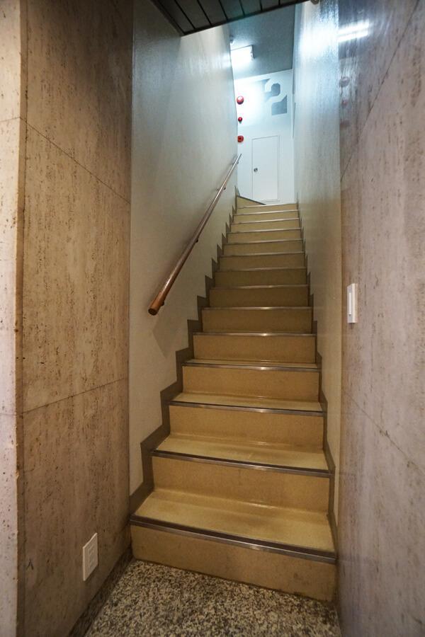 2階への階段。やや急で狭めです