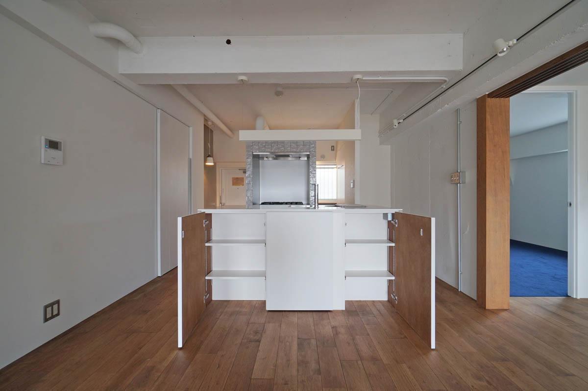 キッチン扉のダイニング側は左右が開いて収納になっています