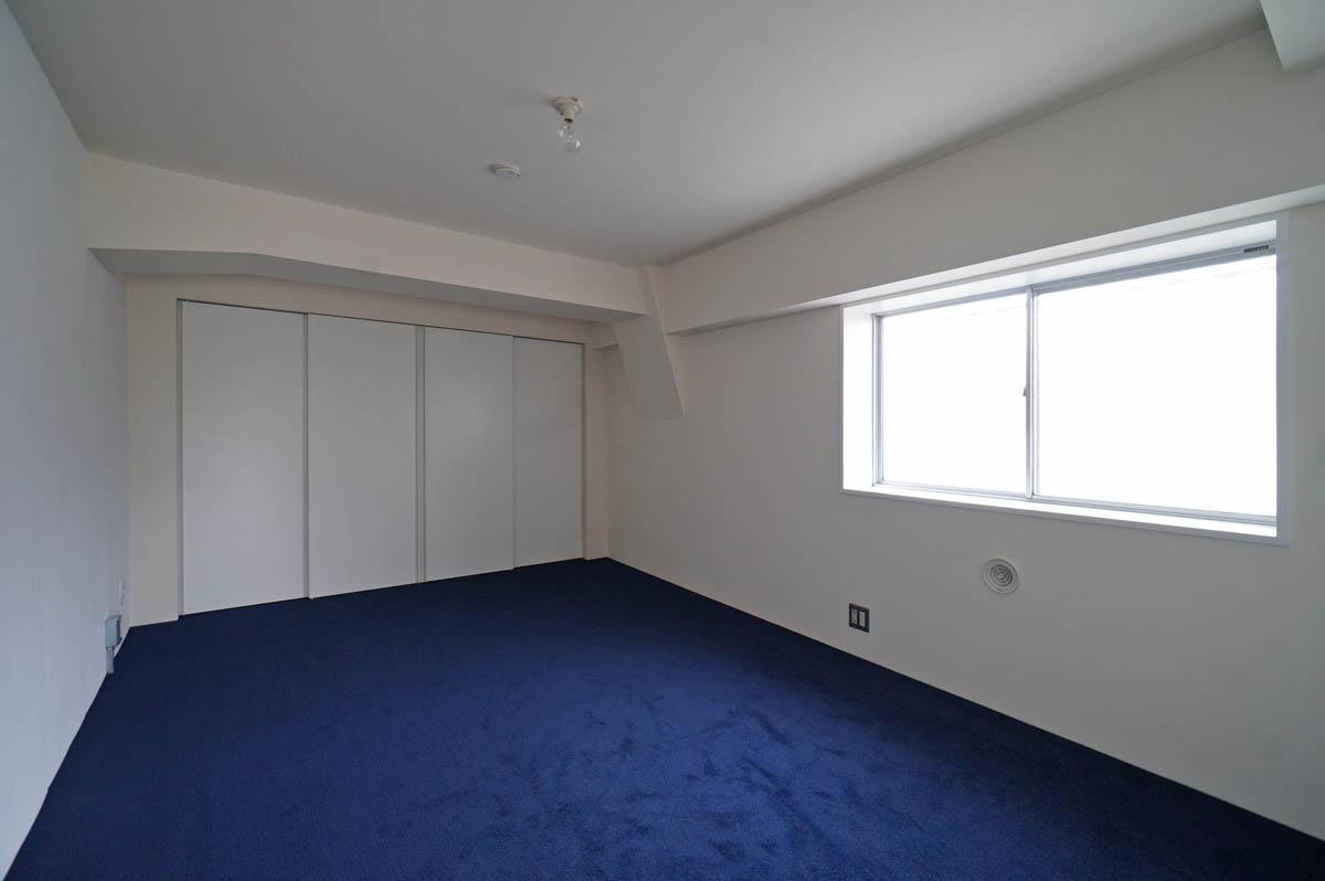 こちら北西側の主寝室の床はカーペット