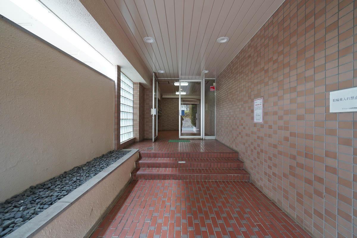 エントランスホールまでは階段が3段あります