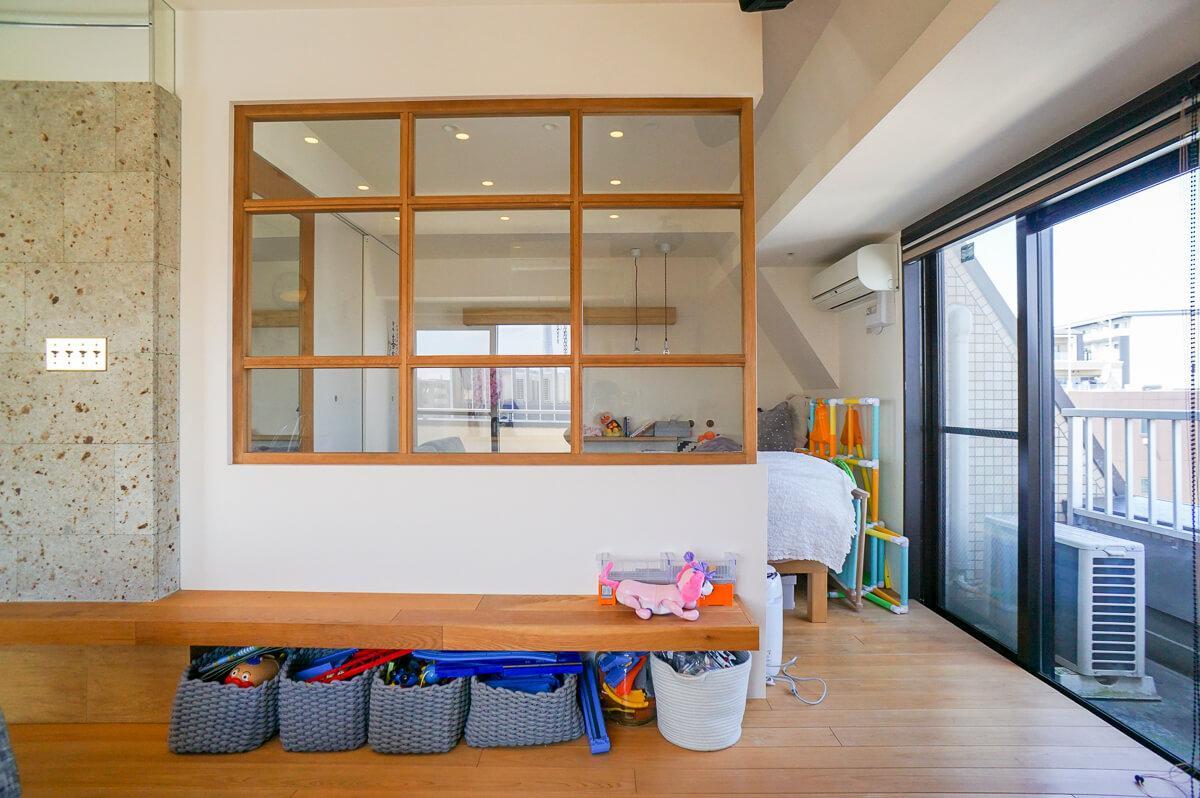 寝室スペースを室内窓で区切っています