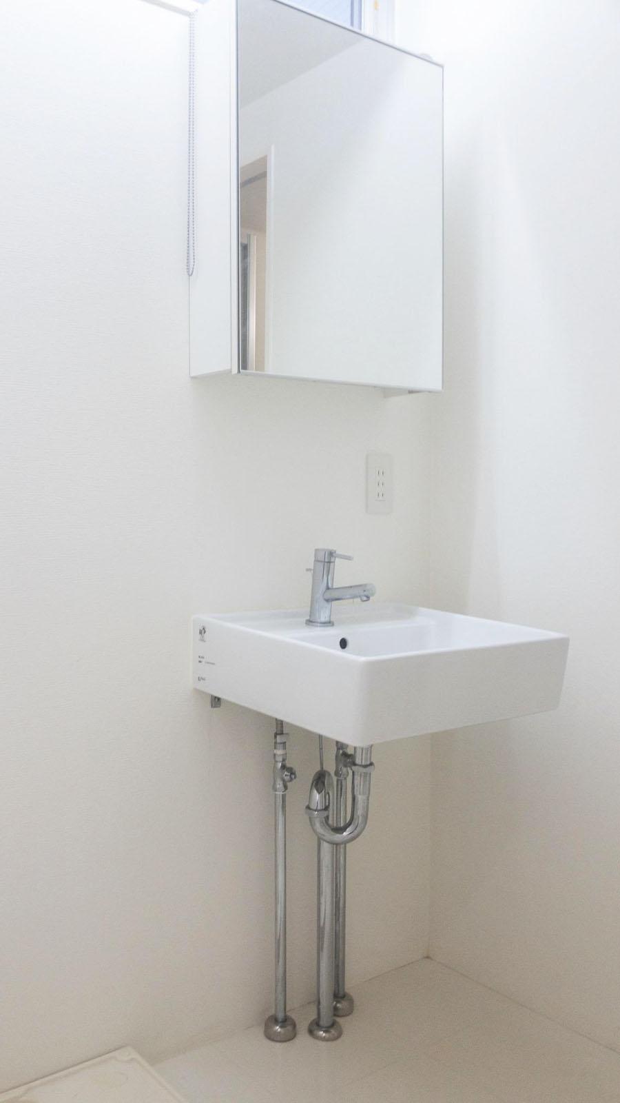 シンプルな洗面台と鏡
