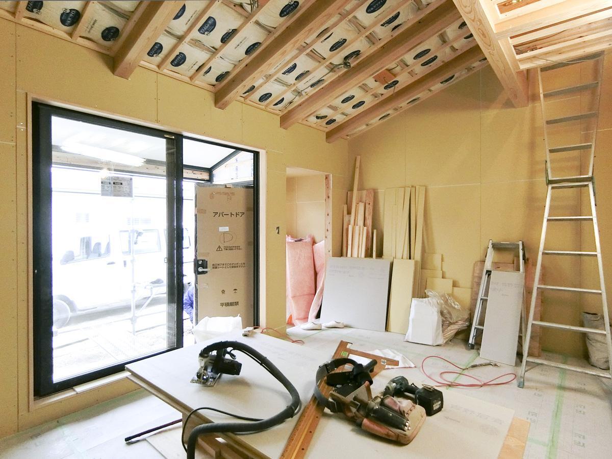 天井は梁だけ見えるようにし、あとは白くなる予定(LDK)