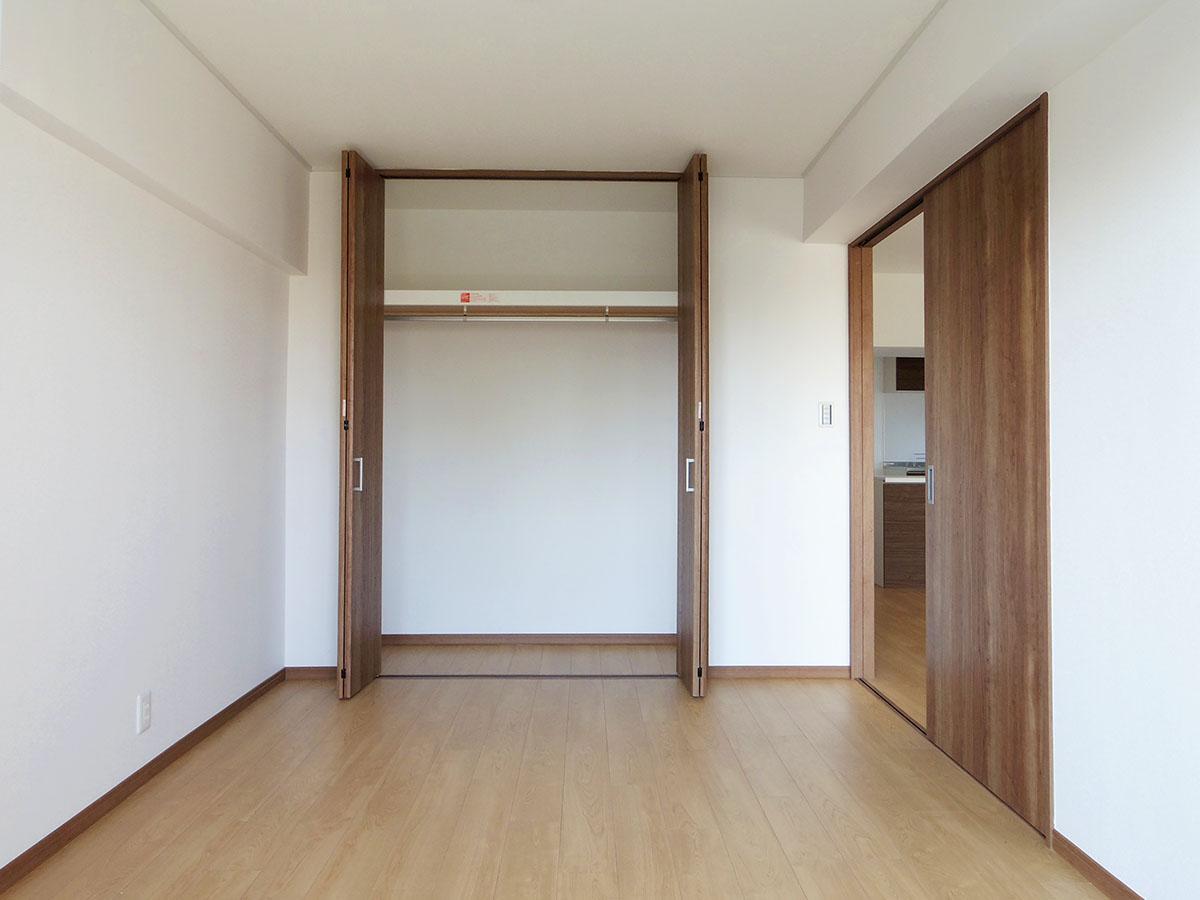 リビング横の5畳の洋室。この部屋とウォークインクローゼットの壁面を取りはらって大きなリビングにできたら・・・妄想は膨らむばかり